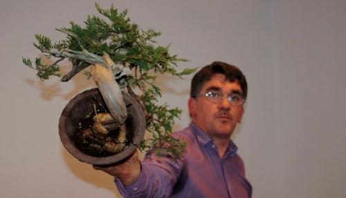 Jaume Canals sosteniendo su bonsai sabina junipero